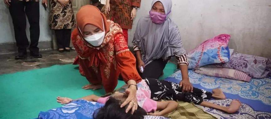 Hj. Winarni Berikan Bantuan Kepada Warga Desa Karang Anyar Penderita Kelainan Kongenital